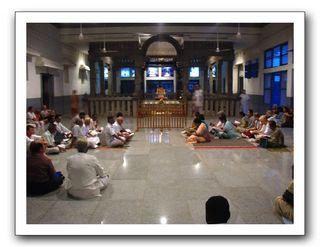 večerní zpívání v nové Samadhi hale